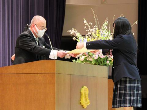 3月に行われた卒業式で生徒に卒業証書を授与する南先生。