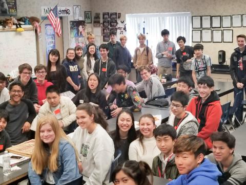 アメリカのGreat Oak High Schoolで学生たちと交流する目黒学院の生徒たち