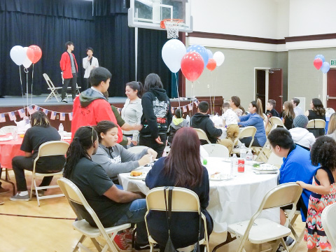 ホームステイ先の家族が一堂に集まり、目黒学院の生徒の出し物を楽しんだ