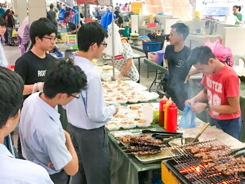 マレーシアの市場にて。日本とは全く違う文化に触れる