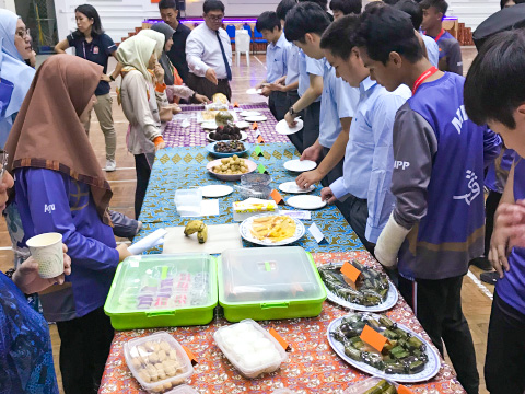 マレーシアのSayyidina Husain Secondary Schoolの学生と交流する目黒学院の生徒たち