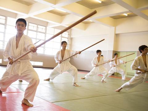 明法では全国的にも珍しい棒術部が活動しています。全員一丸となって稽古に取り組み、武道の高みを目指します。
