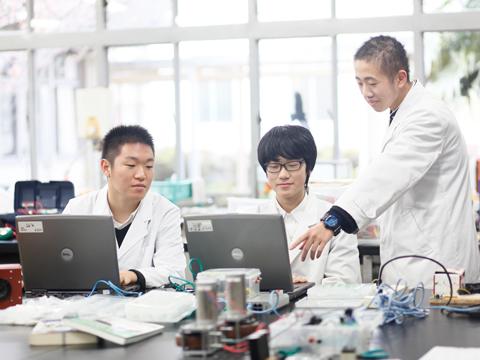 科学部のテーマは「環境を考えた科学とものづくり」。電子工作やものづくり、水質調査活動に取り組んでいます。