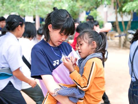 現地の女の子とコミュニケーションを取る岩永さん。まるで姉妹のように仲良く遊んでいます。