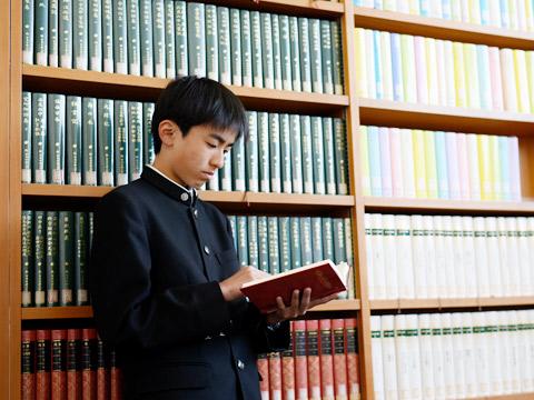 図書館で読書する生徒