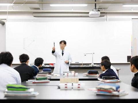 他校に類を見ない「理科専門棟」