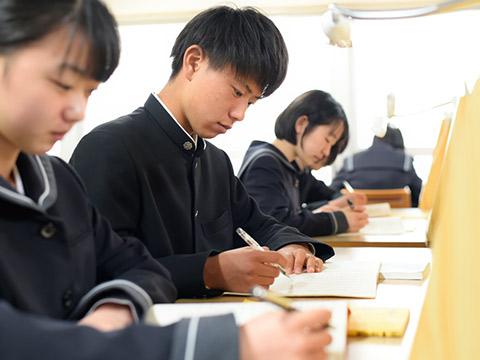 自習室で学ぶ生徒たち