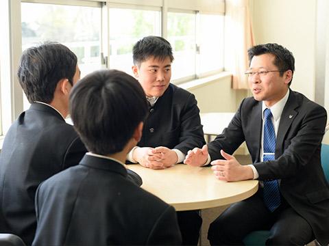 先生と生徒がフレンドリーに話している様子