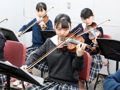 楽器に触れる授業の様子