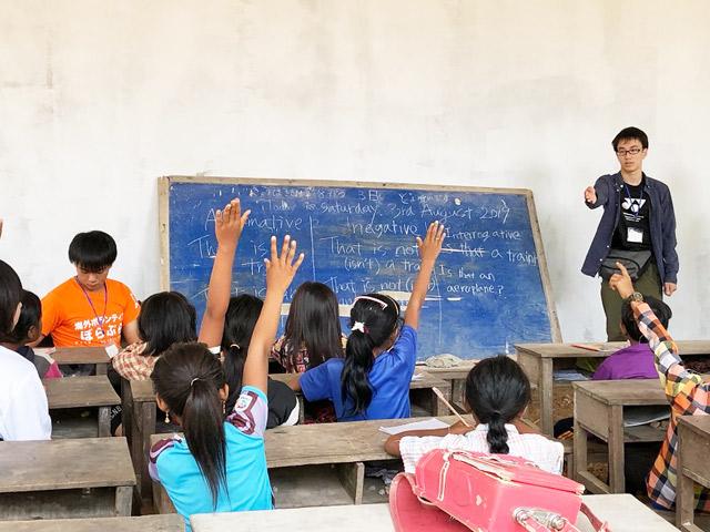 生徒が子供たちに授業