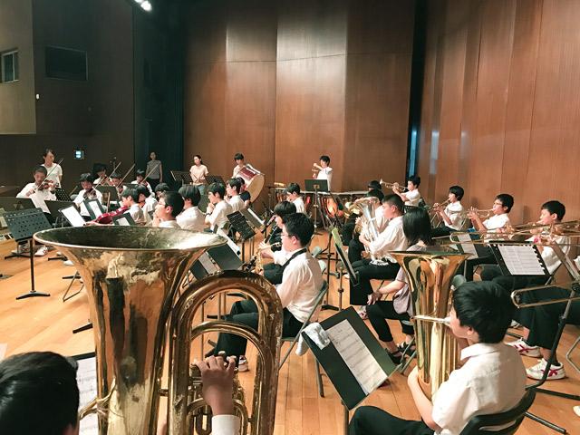 伝統の中2・中3オーケストラ演奏
