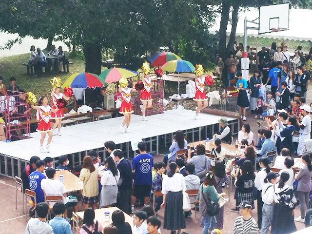 前庭ステージでのチアダンス
