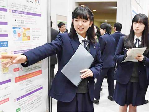 たくさんの来場者を前にして研究発表を行う生徒たち。