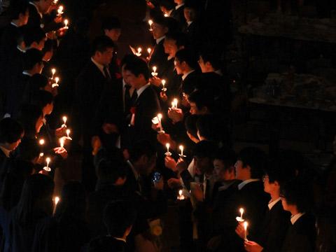 毎年12月に開催される茗溪寮の伝統行事「クリスマス会」のようす。卒寮する高校3年生に感謝の気持ちを伝えて送り出します。