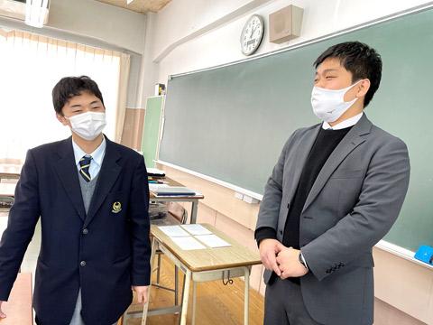 旦くんと、2年次担任の齋藤理先生