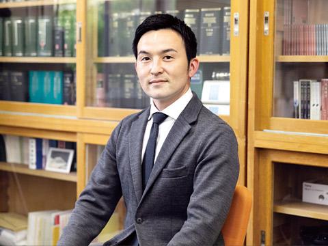 進路指導部主任で国語科の小泉先生
