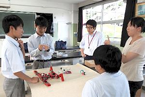 日本大学の学生に指導を受ける生徒たち