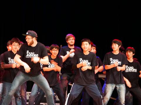 キャストと共にショーに参加する生徒・児童たち