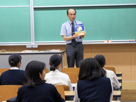 教育学部教育学科「旅してみよう、子どもの教科書と本の世界!」の授業