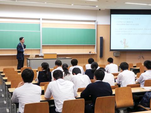 経済学部経済学科『ビッグマックで為替相場が分かる』の授業