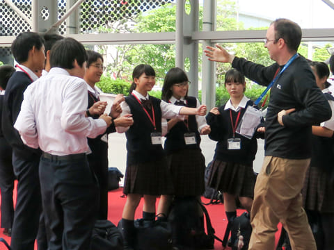 身ぶり手ぶりを交えて朗らかに語りかけるイングリッシュ・スピーカー。生徒たちの表情も徐々にほぐれていく。