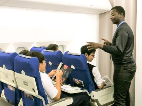 飛行機のフライトで必要なコミュニケーションも英語で。