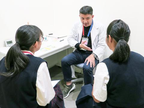 クリニックでは患者役に。緊張しながらやり取りをする2人。