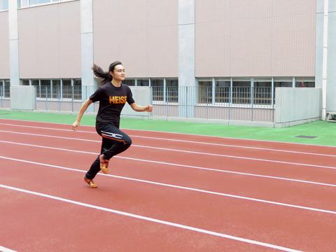 陸上部は月~土曜日に活動。生徒たちは、学校や近くの競技場を使って日々練習に励んでいる。