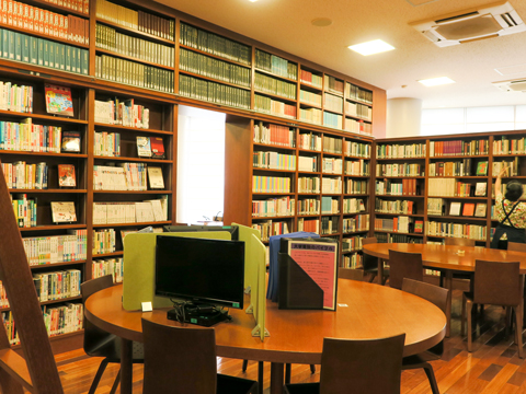 生徒たちがこぞって利用する図書室。勉強ができるよう机も多く設けられている。
