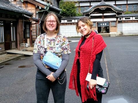 今年から校外へも活動を広げた。小金井公園へのお出掛けを楽しむ留学生の2人。