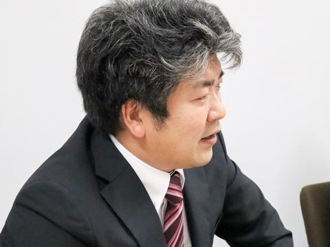 「高校の情報科の授業では、コンピューター教室で自分の模試結果や進学先のデータ分析なども行っています」と話す藤井証高先生