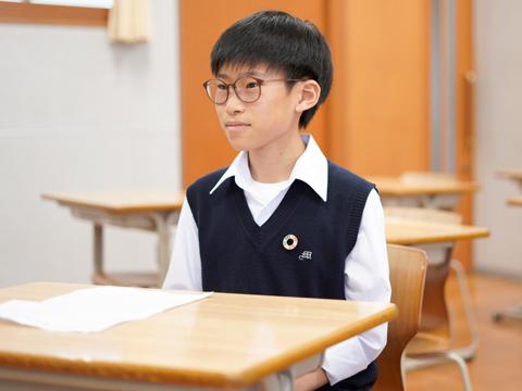 「好きな科目は数学です。特別選抜クラスの数学は幾何と代数に分かれていて、より深く学べるのでやりがいがあります」と話す渡辺くん