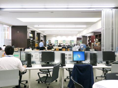 ゆとりあるオープンスペース。質問があれば昼休みでも専属スタッフやチューターが対応してくれる。