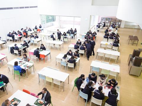 明るく開放的な雰囲気のカフェテリア。放課後になると勉強する生徒の姿が多く見られる。