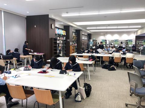 学校の中の予備校、学習支援センター。いつでも先生やチューターに質問が可能。