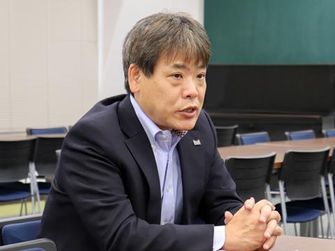 武蔵野の英語教育について熱く語る浅見先生。