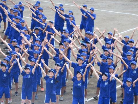 1年青ジャーの応援ダンスは「青の挑戦」。武蔵野生として歩み始めたばかりの学年ですが、1年生らしい一生懸命な演技で観客を沸かせました。