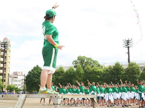 「FLY HIGH TOGETHER!!」をテーマに掲げるのは3年緑ジャーです。最高学年、そして総勢324人の最多人数の学年として、迫力の演技を見せつけました。
