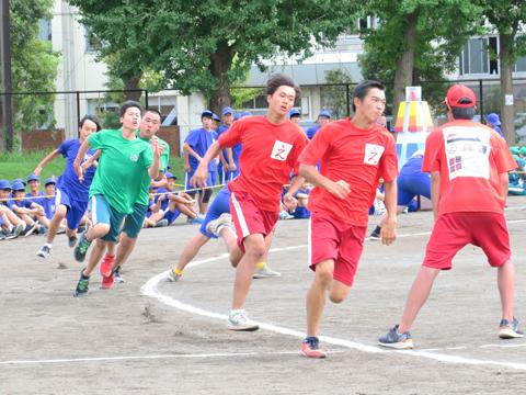 オーソドックスな学年対抗の短距離走では、中学生が2レース、高校生が4レースで俊足を競いました。