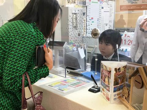 檜山さんは切符売り場でお客さまを接客。