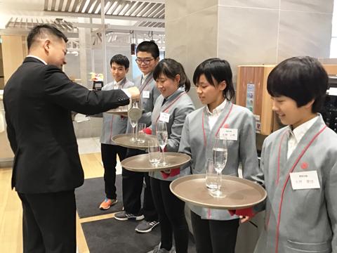 箱根の一流ホテルで配膳を体験。
