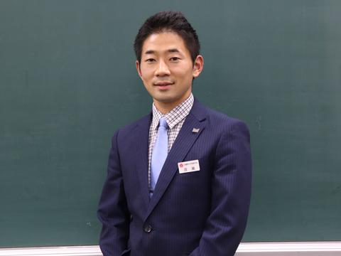 中学1年生の担任を務める社会科の渡瀬先生。