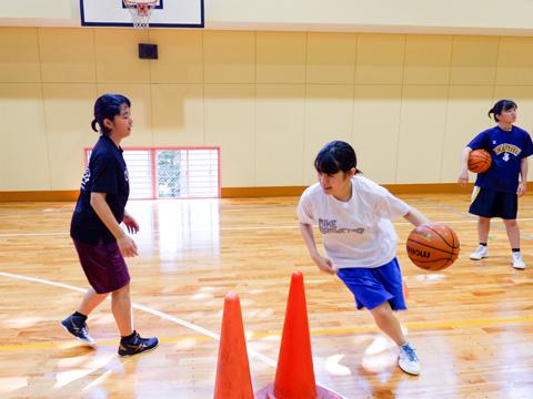 バスケ部では基礎的なパス練習から実践的な攻防戦、筋力トレーニングなどに取り組んでいます。