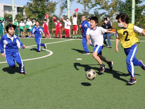 校庭やグラウンド、体育館に分かれて実施。