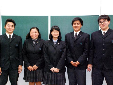 左から順に、ニュージーランド研修に参加した堀之内堅也くん、加藤葵さん。カナダ研修に参加した佐藤彩恵さん、亀井凌くん、黒澤裕馬くん。全員高校2年生。