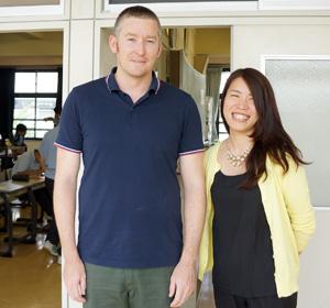 ネイティブ英語教師のパーカー先生と、文法を中心に指導する酒井先生