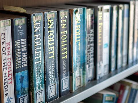 最上階にある図書室「コリドール」にはズラリと洋書が並ぶ