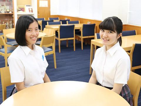 (右)生徒会長の渡辺さんと(左)副会長の藤内さん