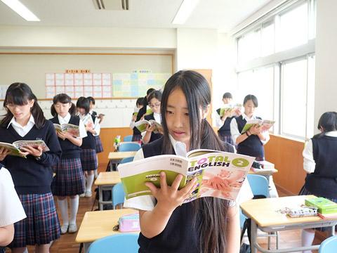 英語の音読をする生徒たち