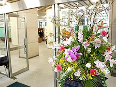 共立女子第二中高正面玄関のお花はいつも綺麗に飾られています。